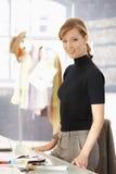 新有吸引力的女性时装设计师工作 免版税库存图片