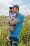 新有吸引力的父项和儿童纵向 免版税库存图片