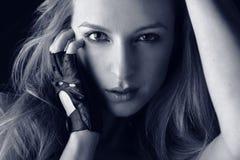 新有吸引力的白肤金发的女孩手套的&# 免版税库存照片