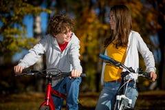 新有效人骑自行车 库存照片