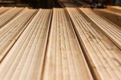 新木粱,被堆积在建造场所 免版税库存图片