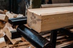 新木粱,被堆积在建造场所 免版税库存照片