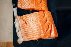 新未加工的三文鱼准备 图库摄影