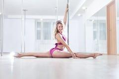 新杆舞蹈妇女 免版税库存照片