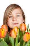 新束逗人喜爱的女孩藏品的郁金香 免版税库存图片