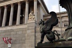 新来的人雕象在奥地利议会前面的 免版税库存图片