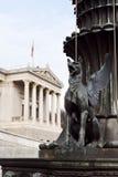 新来的人雕象在奥地利议会前面的 免版税库存照片
