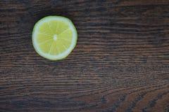 新柠檬一半 库存图片