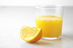 新查出的汁液桔子片式 免版税库存图片
