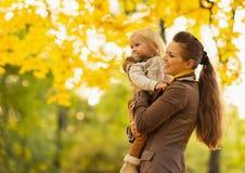 新查找在复制空间的母亲和婴孩 免版税库存图片