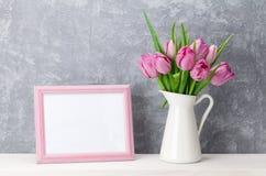 新桃红色郁金香花和照片框架 免版税库存图片