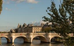 新桥和AZlele de在日落的la CitA©在10月下旬,巴黎 免版税库存照片