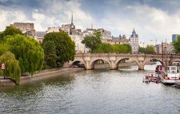 新桥,横跨塞纳河的最旧的桥梁在巴黎,法国 免版税库存图片
