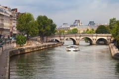 新桥,横跨塞纳河的最旧的桥梁在巴黎 免版税库存图片