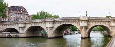 新桥,横跨塞纳河,巴黎,法国的老石桥梁 图库摄影