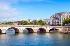 新桥,横跨塞纳河,巴黎的最旧的桥梁 免版税库存照片