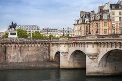 新桥 横跨塞纳河的最旧的桥梁在巴黎 免版税图库摄影