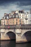 新桥 横跨塞纳河的最旧的桥梁在巴黎 库存图片