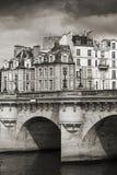 新桥 横跨塞纳河的桥梁在巴黎 免版税库存图片