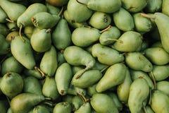 新梨背景 在农厂市场上的自然地方产品 收获 季节性产品 食物 免版税库存图片