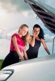 新残破的汽车二的妇女 免版税库存图片