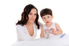 新母亲和男孩 免版税图库摄影