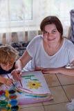 新母亲和2岁儿子图画 免版税库存图片