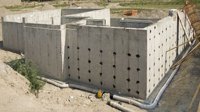 新水泥基础的房子 库存图片