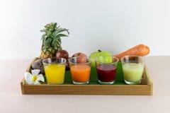 新汁液和混合现在是从真正的果子的挤压服务的 免版税库存照片