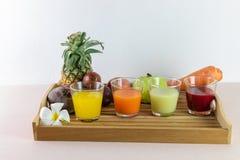新汁液和混合现在是从真正的果子的挤压服务的 免版税库存图片