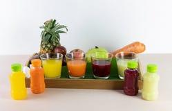 新汁液和混合现在是从真正的果子的挤压服务的 库存照片