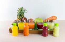 新汁液和混合现在是从真正的果子的挤压服务的 图库摄影