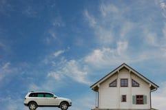 新汽车的房子 免版税库存图片