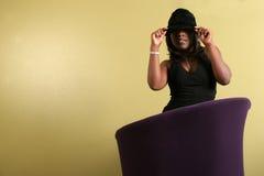 新沙发的妇女 免版税库存图片