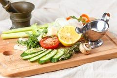 新沙拉混合、被切的菜、橄榄油和香料 库存图片