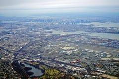 新泽西收费公路和纽华克自由国际机场的鸟瞰图 库存图片