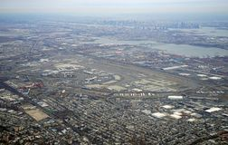 新泽西收费公路和纽华克自由国际机场的鸟瞰图 免版税图库摄影