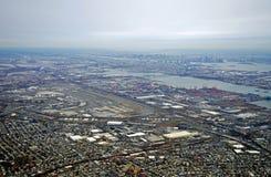 新泽西收费公路和纽华克自由国际机场的鸟瞰图 免版税库存图片
