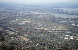 新泽西收费公路和纽华克自由国际机场的鸟瞰图 免版税库存照片