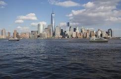 从新泽西,水出租汽车在以世界贸易中心一号大楼(1WTC),自由塔, Ne为特色的纽约地平线前面被看见 库存照片
