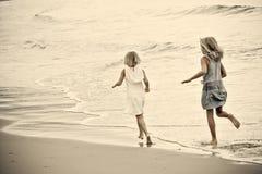新海滩的女孩 图库摄影