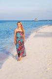 新海滩美丽的走的妇女 免版税库存照片