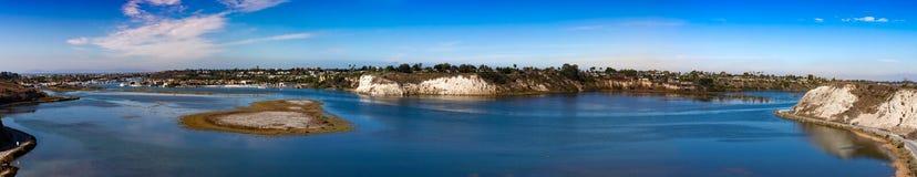 新港海滨后面海湾全景视图  免版税库存图片