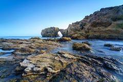 新港海滨和拉古纳海滩的,加利福尼亚峭壁海岛 库存照片