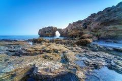 新港海滨和拉古纳海滩的,加利福尼亚峭壁海岛 免版税库存图片
