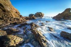新港海滨和拉古纳海滩的,加利福尼亚峭壁海岛 免版税库存照片