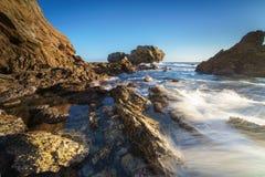 新港海滨和拉古纳海滩的,加利福尼亚峭壁海岛 图库摄影