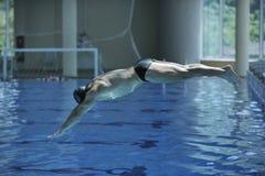 新游泳者准备好起始时间 免版税库存图片