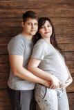 新爱恋的夫妇 怀孕的女孩 图库摄影