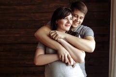 新爱恋的夫妇 怀孕的女孩 库存照片